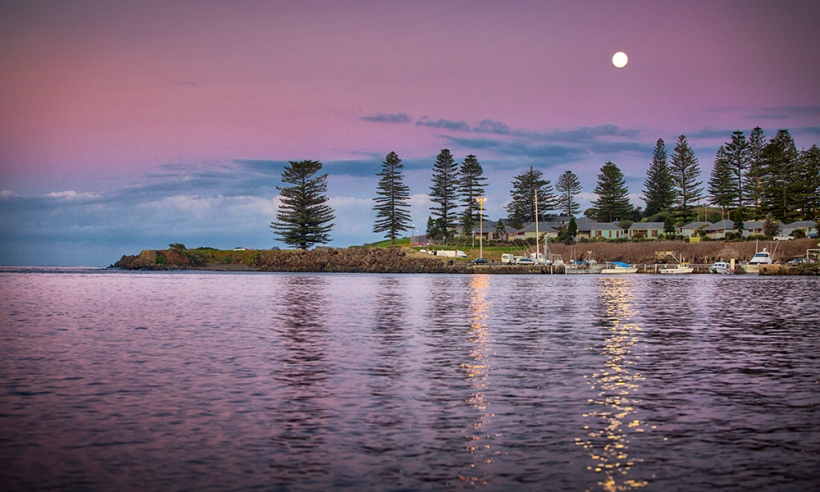 Moon rises over Kiama Harbour